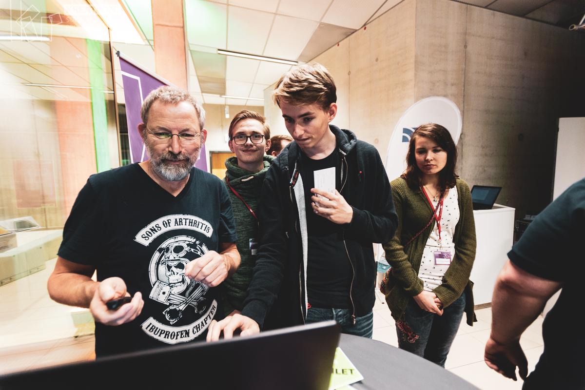 Kreathon Krefeld 2018, Personen arbeiten konzentriert an einem Bildschirm